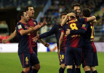 Los jugadores del Barça celebran el primer gol en la Rosaleda.